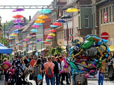 Das-Mohrenfest-Eisenberg-mit-Unterhaltung-und-Tausenden-Gaesten-auf-den-Plaetzen-und-Gassen-der-Altstadt